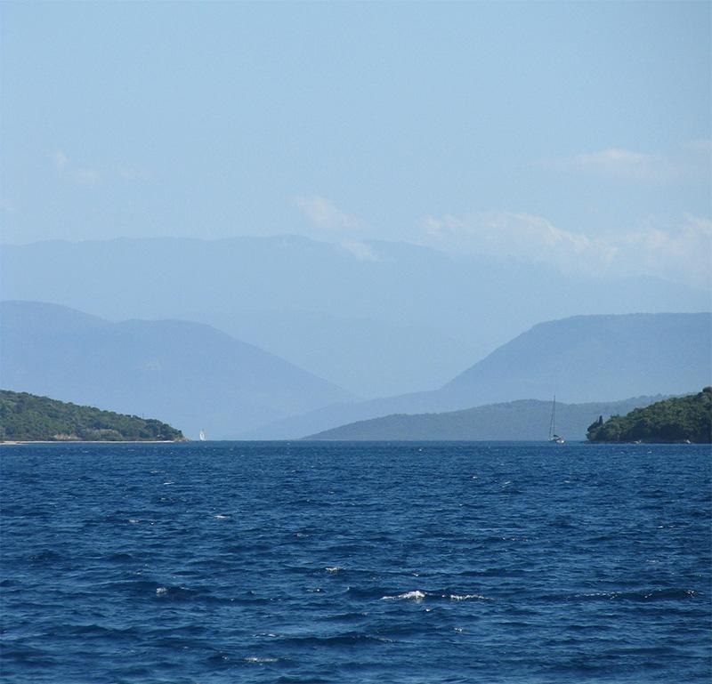 Joonian saaria, takana Kreikan mantereen vuoret.