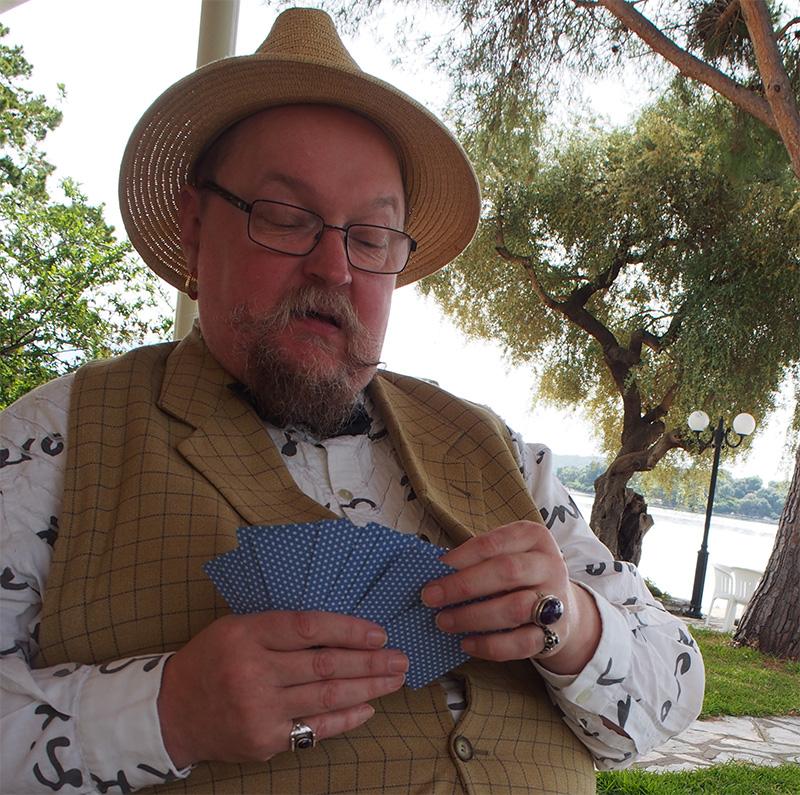 Petja-liivissä kortinpeluuta terassilla